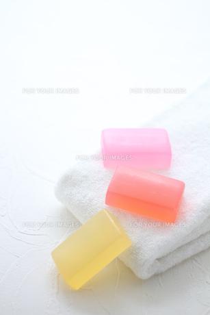 白いタオルと石鹸の素材 [FYI01037896]
