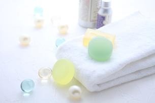 タオルと石鹸とバスキューブとボディパウダーの素材 [FYI01037897]