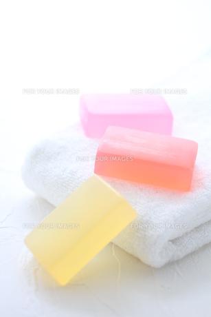 白いタオルと石鹸の素材 [FYI01037959]