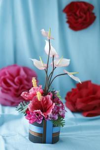 濃いピンクと淡いピンクのトロピカルフラワーボックスアレンジの素材 [FYI01038168]