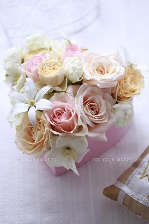 ピンクのハートの箱のフラワーアレンジの素材 [FYI01038358]