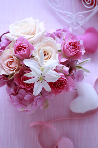 ピンクのハートの箱のフラワーアレンジの素材 [FYI01038478]