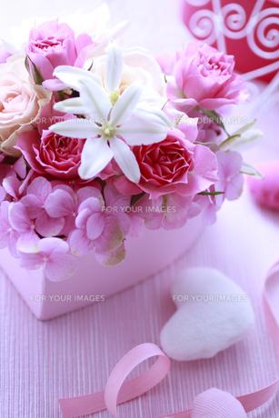 ピンクのハートの箱のフラワーアレンジの素材 [FYI01038480]