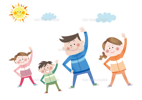 ラジオ体操をする笑顔の親子の素材 [FYI01041902]