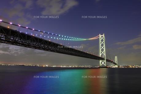 虹色にライトアップされた明石海峡大橋の素材 [FYI01042265]