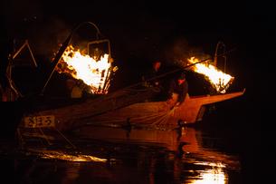 篝火を焚いている岐阜の伝統・鵜飼の素材 [FYI01042461]