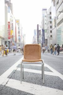 道路に置かれた一つの椅子の素材 [FYI01044058]