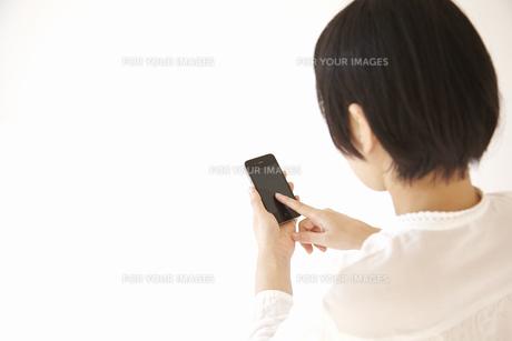スマートフォンを操作する女性の素材 [FYI01044071]