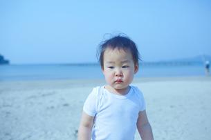 日本海の浜辺に立つ幼児の素材 [FYI01044083]