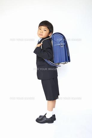 スーツで青いランドセルを背負う小学一年生の素材 [FYI01044088]