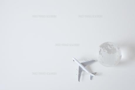 白い飛行機の模型と地球儀の素材 [FYI01044109]