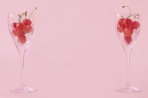 シャンパングラスに入ったさくらんぼの素材 [FYI01044111]