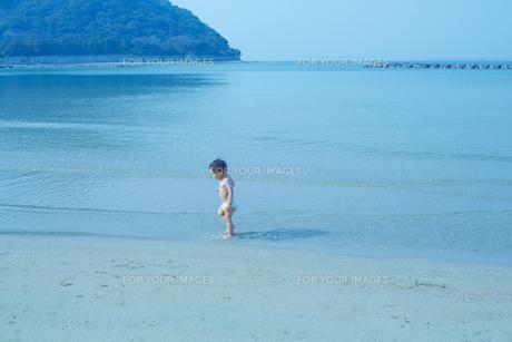 日本海の浜辺で遊ぶ幼児の素材 [FYI01044161]