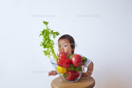 セロリやピーマンなどの野菜の前に立つ幼児の素材 [FYI01044172]