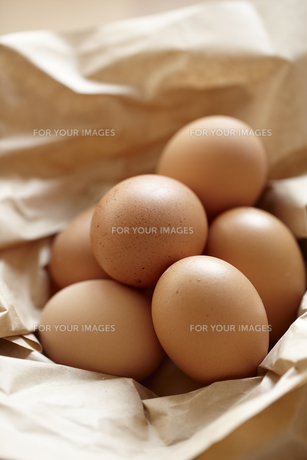 茶色の包装紙に包まれた赤玉卵の素材 [FYI01044247]