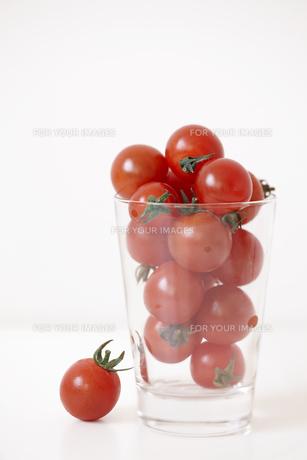 グラスに入った沢山のミニトマトの素材 [FYI01044264]