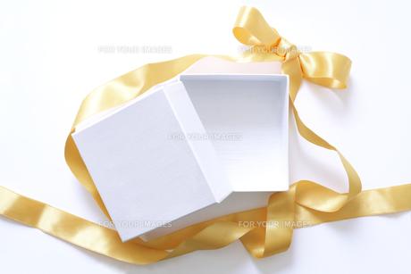 金色のリボンと空の白い箱の素材 [FYI01044273]