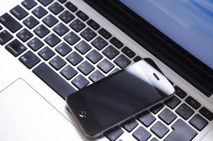ノート型コンピューターの上のスマートフォンの携帯の素材 [FYI01044300]