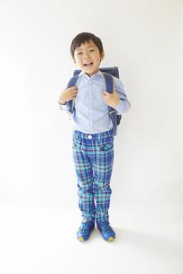 私服で青いランドセルを背負う小学一年生の素材 [FYI01044303]