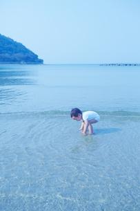 日本海の浜辺で遊ぶ幼児の素材 [FYI01044306]