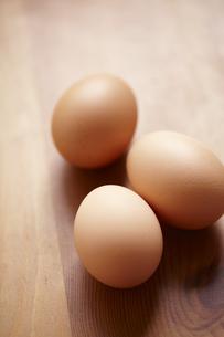 木の机に置いた赤玉卵の素材 [FYI01044313]