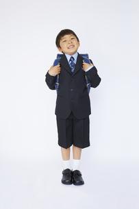 スーツで青いランドセルを背負う小学一年生の素材 [FYI01044349]