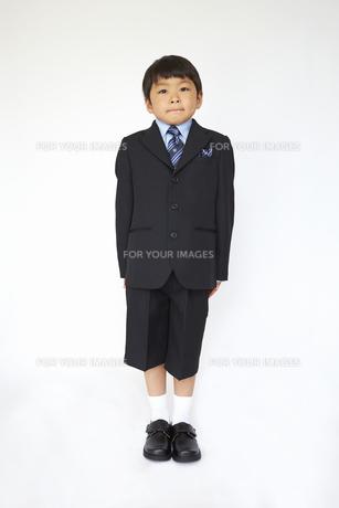 スーツで真っ直ぐ立つ小学一年生の素材 [FYI01044360]