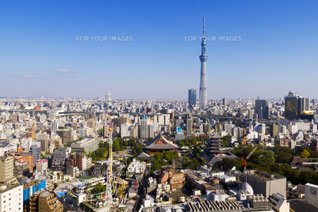 青空の東京スカイツリーと浅草の町並みを俯瞰の素材 [FYI01048725]