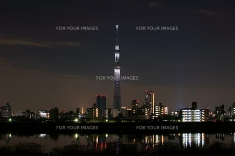 東京スカイツリーの年末ライトアップと東京タワーの素材 [FYI01051417]