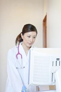 エコーを操作する女性医師の素材 [FYI01051674]