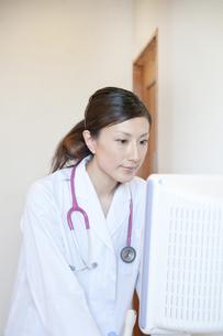 エコーを操作する女性医師の素材 [FYI01051686]