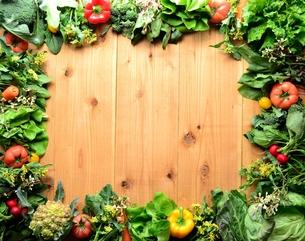 葉野菜と緑黄色野菜 フレーム 木材背景の写真素材 [FYI01052182]