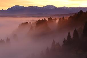 朝焼けに染まる雲海の写真素材 [FYI01052334]
