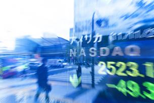 街頭で投資情報を表示する電光掲示板の素材 [FYI01058834]