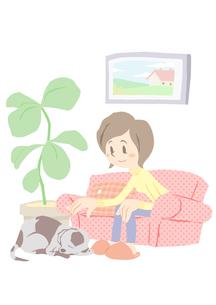 リビングでくつろぐ女性と犬の素材 [FYI01059983]