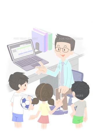 職員室で会話をする先生と生徒の素材 [FYI01060010]