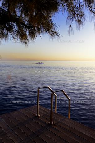 夕日に染まる海と空と桟橋の素材 [FYI01061161]