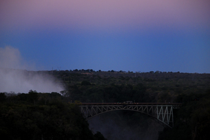 ザンベジ川にかかるビクトリアフォールズ大橋の夕景の素材 [FYI01061187]