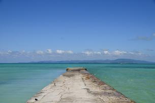 コンクリートの西桟橋と海の素材 [FYI01061258]