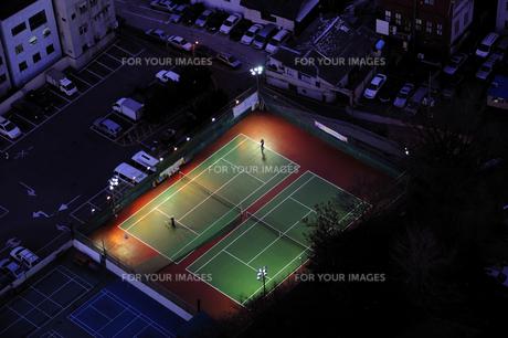 照明に照らされたテニスコート 釜山の素材 [FYI01061412]