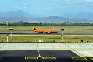 ケープタウン国際空港の滑走路と飛行機の素材 [FYI01061805]
