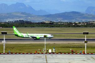 ケープタウン国際空港の滑走路と飛行機の素材 [FYI01061819]