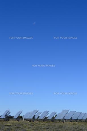 太陽光発電のパネル群と青空の素材 [FYI01063445]