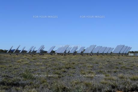 太陽光発電のパネル群と青空の素材 [FYI01063479]