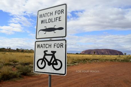 エアーズロック国立公園内の自転車の標識の素材 [FYI01063532]