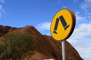エアーズロックの岩山と標識の素材 [FYI01063878]