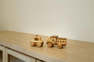サイドボードに乗せた木製の車のおもちゃの素材 [FYI01065567]