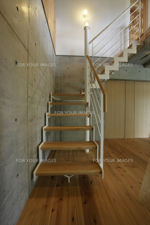 住宅の玄関と階段の素材 [FYI01065998]