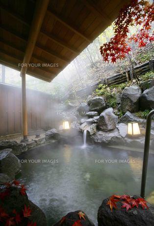 秋の露天風呂の素材 [FYI01066035]