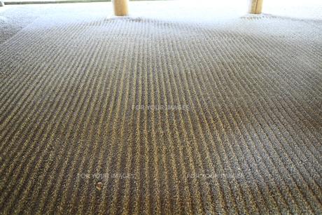 春日大社 幣殿に敷かれた小石の素材 [FYI01074814]